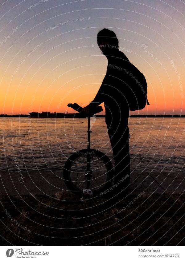 Mit dem Einrad im Sonnenuntergang Mensch Ferien & Urlaub & Reisen Mann Wasser Meer Freude Strand Ferne Erwachsene Umwelt Sport Freiheit Freundschaft