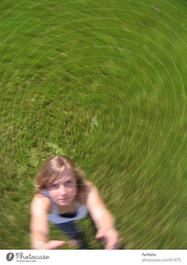 gerade noch erwischt...=) Mensch grün Gras Luft Drehung
