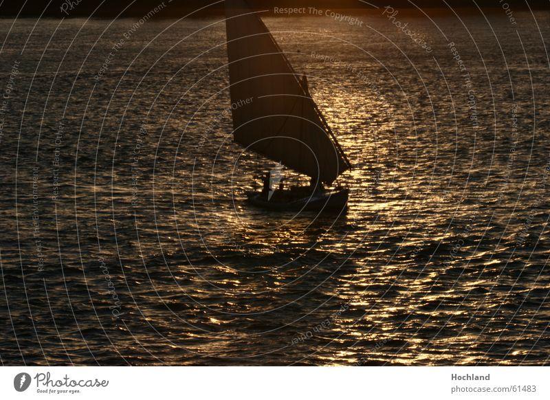 Abend am Nil träumen Wasserfahrzeug Wellen Fluss Abenddämmerung Segel Ägypten Transzendenz Fährmann