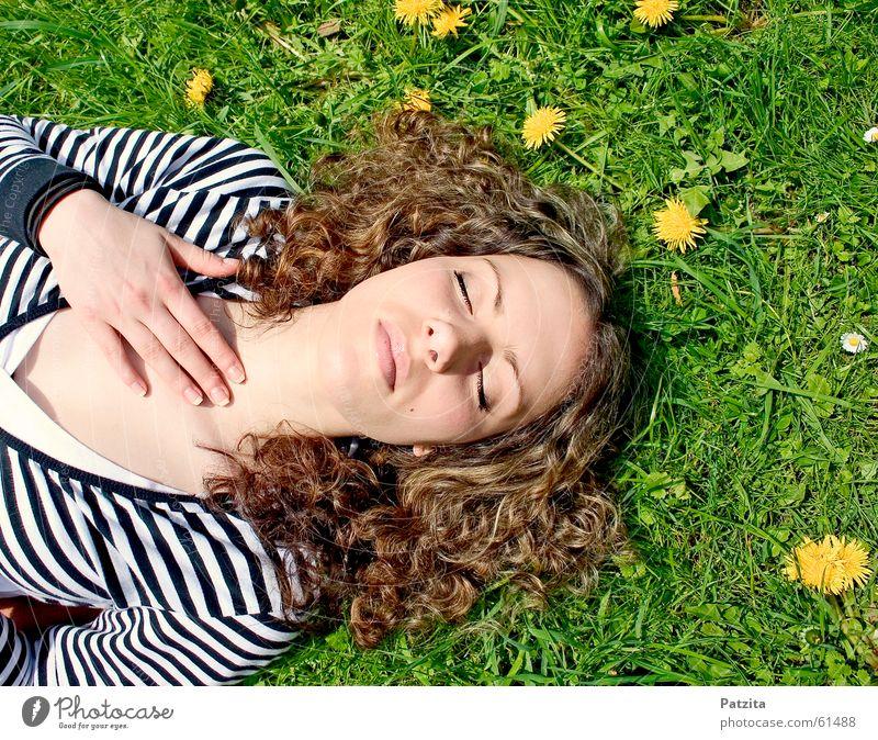 Wach auf Schneewittchen Frau Hand weiß Sonne Blume grün Sommer Gesicht Ferien & Urlaub & Reisen schwarz gelb Wiese Gras Frühling träumen hell