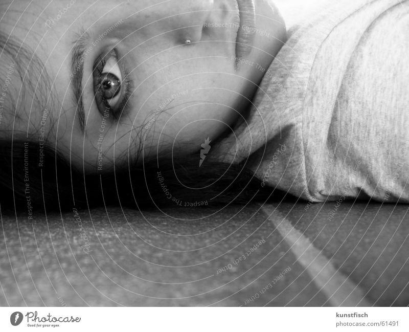 Schau mir in die Augen Piercing Augenbraue Oberarm Schulter Mädchen Junge Frau Porträt Bodenplatten Furche Seite Denken schwarz weiß grau Gesicht Nase Mund