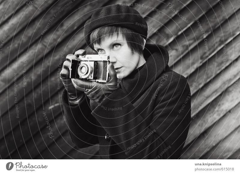 *klick* Lifestyle Fotokamera Junge Frau Jugendliche 1 Mensch 18-30 Jahre Erwachsene Mantel Handschuhe Hut Mütze kurzhaarig beobachten natürlich retro schön