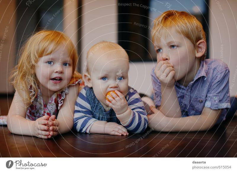 Familie Freude Leben harmonisch Erholung Baby Mädchen Junge Geschwister 3 Mensch beobachten genießen hängen authentisch einfach frech Freundlichkeit
