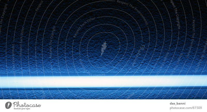 blue light Licht Lampe Leuchtstoffröhre Neonlicht weiß Bar kalt Putz dunkel Nacht Streifen Linie Verlauf schwarz Laserschwert blau Foyer Strukturen & Formen