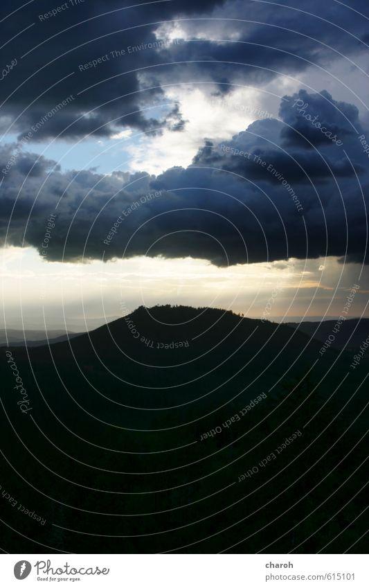 Wolkig Umwelt Natur Landschaft Urelemente Luft Himmel Wolken Gewitterwolken Klima Wetter Ferne blau gelb grau schwarz Horizont ruhig Farbfoto Gedeckte Farben