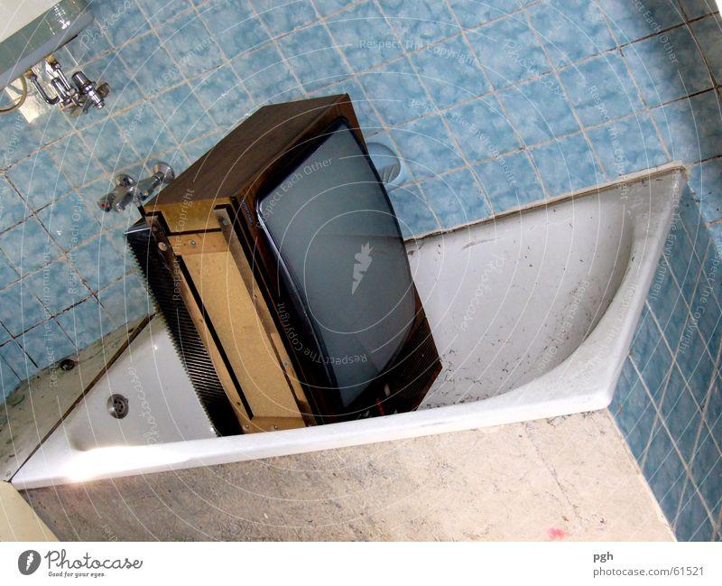 My home is my castle weiß blau dreckig Fernseher Bad Fliesen u. Kacheln Badewanne Abrissgebäude
