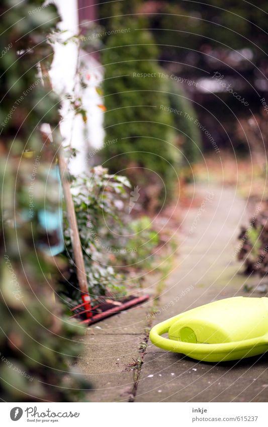 Gartenweg Lifestyle Gartenarbeit Herbst Pflanze Sträucher Menschenleer Wege & Pfade Gießkanne Harke Gartengeräte Gefühle Stimmung anstrengen Freizeit & Hobby