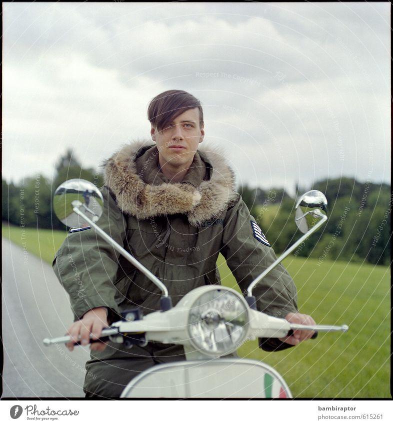 The Modernist III Lifestyle Stil maskulin Junger Mann Jugendliche 1 Mensch 18-30 Jahre Erwachsene Verkehrsmittel Fahrzeug Kleinmotorrad Jacke Fell fahren