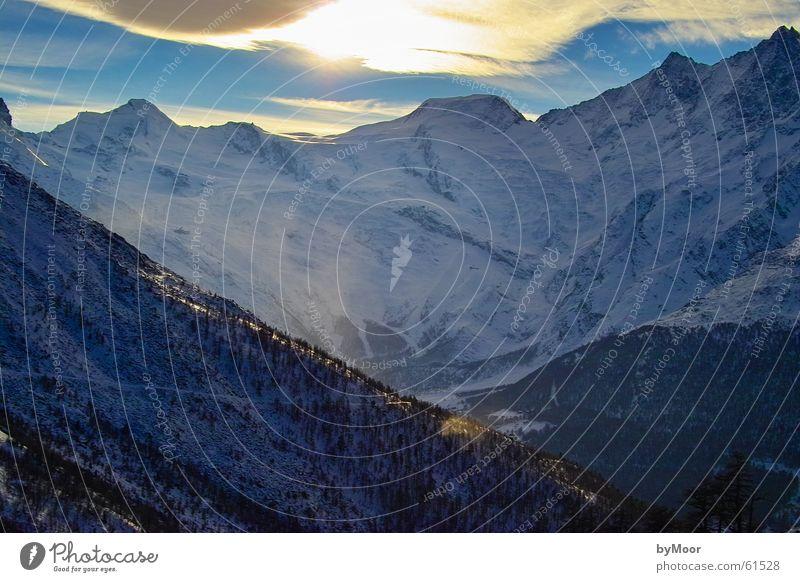 Bergpracht Sonne Winter kalt Schnee Berge u. Gebirge Freiheit Landschaft hoch Aussicht Schweiz Spitze Saas-Grund