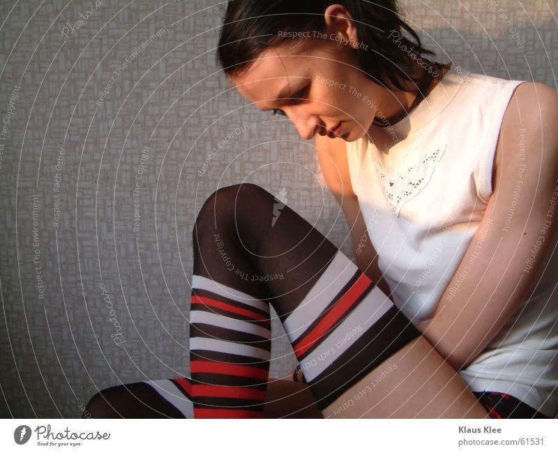 kiako II Strumpfhose Strümpfe schwarzhaarig T-Shirt Abrissgebäude Tapete Zopf Abendsonne Kreis Streifen rot weiß Trauer Einsamkeit ducken zurückziehen kalt