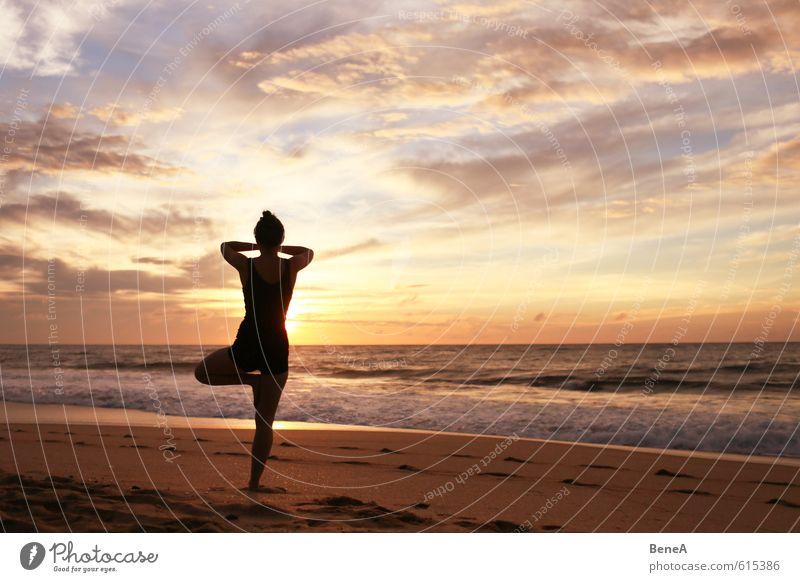 Yoga Mensch Frau Jugendliche Ferien & Urlaub & Reisen Sommer Sonne Meer Erholung Junge Frau ruhig Strand Ferne Erwachsene Leben feminin Freizeit & Hobby