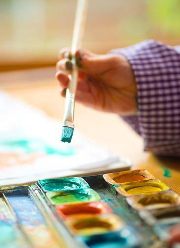 Farbfest Kind grün Junge Schule Familie & Verwandtschaft Fröhlichkeit lernen Papier streichen zeichnen Kindergarten Kindererziehung Optimismus Basteln Schulkind