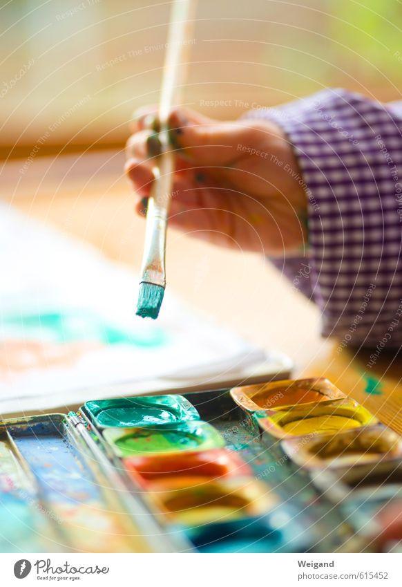 Farbfest Kindererziehung Kindergarten Schule lernen Klassenraum Schulkind Papier zeichnen Fröhlichkeit grün Optimismus inklusion Familie & Verwandtschaft Junge