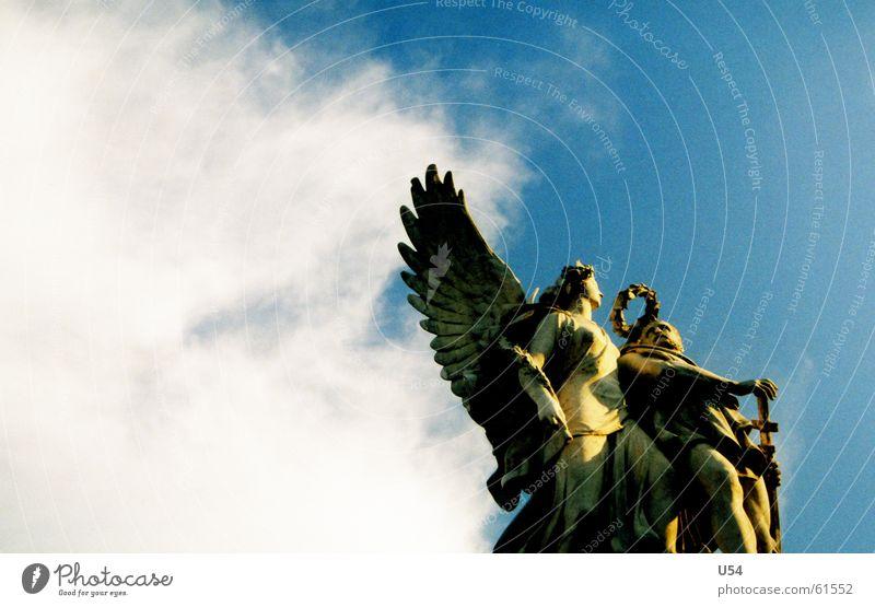 dem Himmel nahe.. Wolken Stein fliegen Engel Flügel Statue Kranz Bildhauer