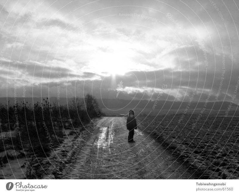 Spaziergang Kind Himmel Sonne Winter Wolken Schnee Feld