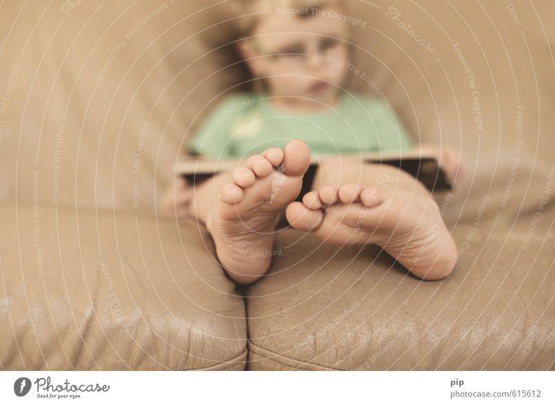 fußnote Kind Junge Fuß Fußsohle Zehen 1 Mensch 3-8 Jahre Kindheit braun lesen Buch Konzentration Barfuß Sofa Leder Hautfalten Kinderbuch Bilderbuch Interesse