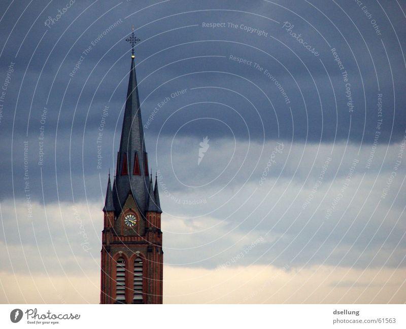 Kirchenturm mit geschichteten Wolken Farbfoto Außenaufnahme Menschenleer Textfreiraum rechts Abend Zentralperspektive Glück Uhr Trauerfeier Beerdigung Himmel