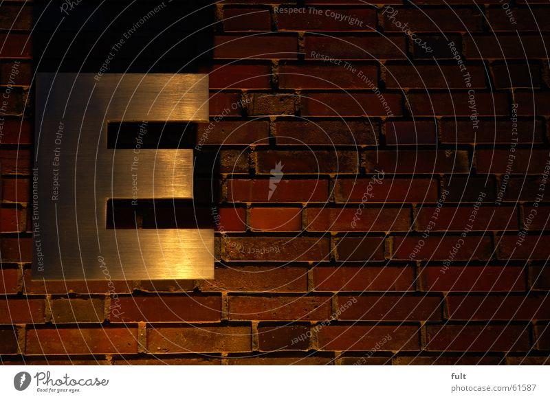 E Buchstaben Mauer Backstein Wand Nacht Stil Metall Beleuchtung Schatten