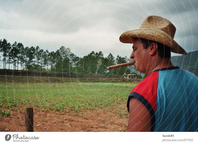 Big Cigar Mann blau rot Rauchen Hut Kuba Zigarre Havanna Macho Valle de Viñales