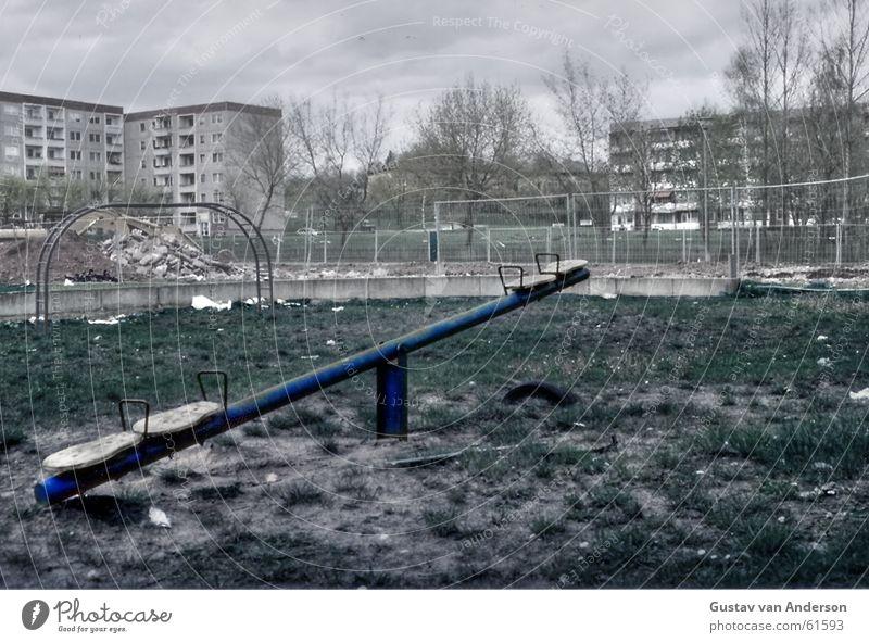 Ausgespielt Himmel Baum Haus Wolken Angst Trauer Ende Spielplatz Block Entsetzen Spielzeug Wippe