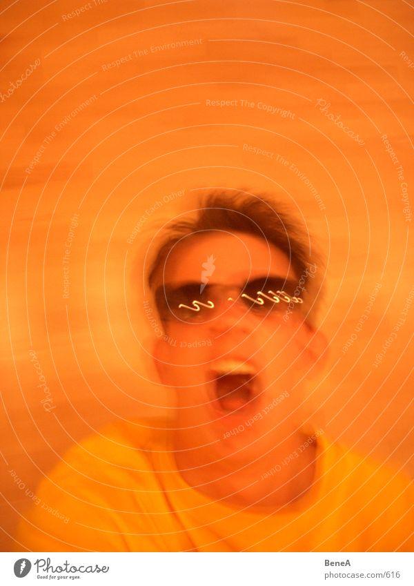 Rock'n Roll Mensch Mann Freude gelb orange Brille Club schreien Sonnenbrille musizieren rocken Pogo