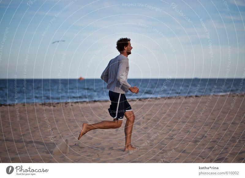 Run! Mensch Jugendliche blau Sommer Meer 18-30 Jahre Strand Junger Mann Erwachsene Sport braun maskulin Zufriedenheit laufen Fitness dünn