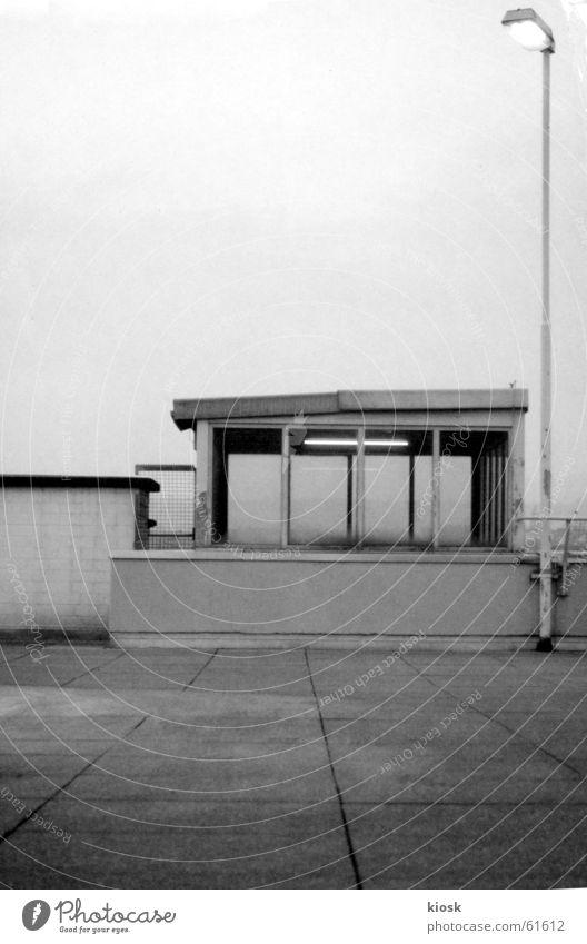 parkebene no.1 Parkhaus Haus Laterne Mauer Wand Beton Schwarzweißfoto polapan