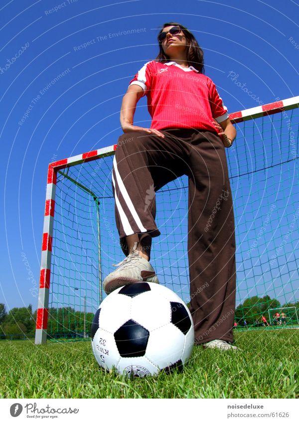 Fußballheldin Frau Gras Fußball Ball Rasen Sport Tor