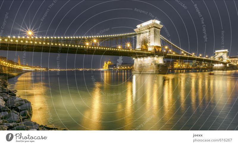Lichterkettenbrücke alt blau gelb gold Tourismus groß Brücke historisch Zusammenhalt Hauptstadt Sehenswürdigkeit Städtereise Budapest Kettenbrücke