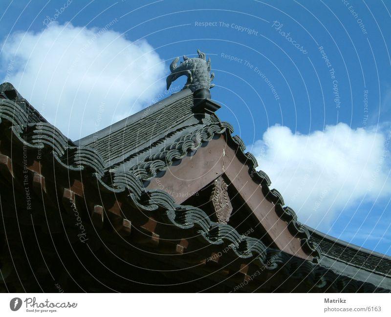 Asiatisches Dach Wolken braun Architektur Asien roof asian clouds brown blue blau fish