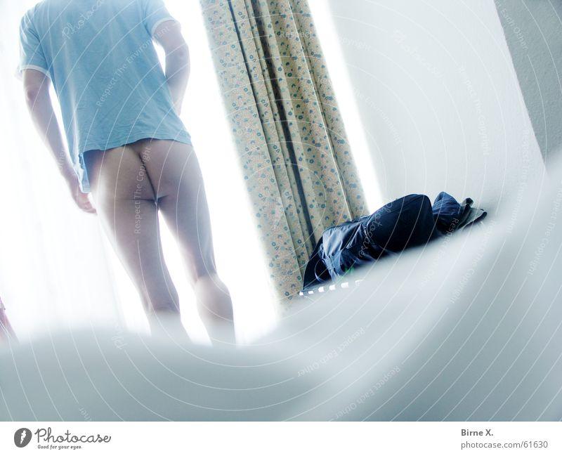 The awakening of a Lichtgestalt Mann nackt Fenster Akt hell maskulin Bett T-Shirt Hinterteil Hotel aufwachen aufstehen Hotelzimmer