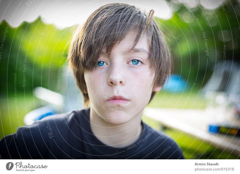 Porträt Mensch maskulin Jugendliche 1 13-18 Jahre Kind Natur Sommer Garten brünett sitzen authentisch einfach einzigartig positiv blau grün Stimmung
