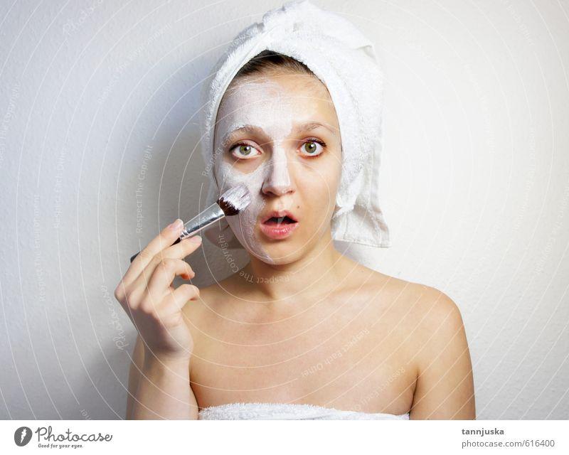 Junge schöne Frau mit Ton-Gesichtsmaske Reichtum Freude Glück Körper Haut Kosmetik Creme Schminke Gesundheit Gesundheitswesen Behandlung Wellness Erholung Spa