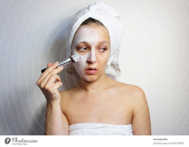 Junge schöne Frau, die eine Maske auf ihr Gesicht aufträgt. Reichtum Freude Glück Körper Haut Schminke Behandlung Wellness Erholung Spa Dekoration & Verzierung
