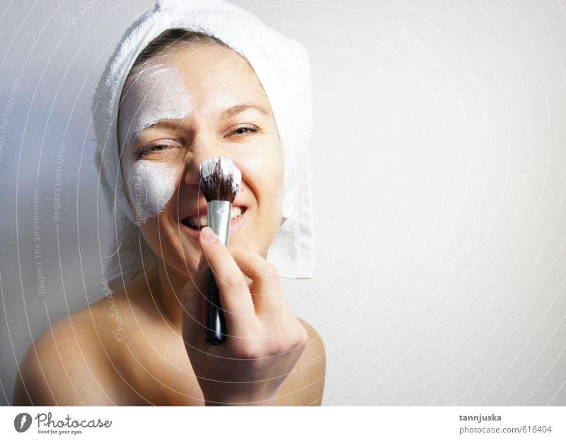 Junge glückliche und lächelnde schöne Frau Reichtum Freude Glück Körper Haut Gesicht Schminke Behandlung Wellness Erholung Spa Dekoration & Verzierung Mensch