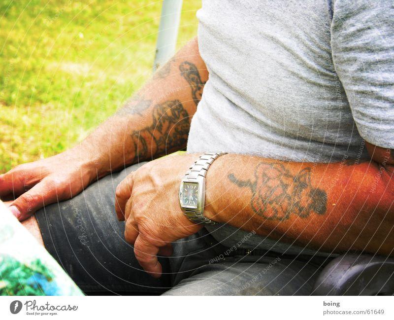 eine Woche später, eine Stunde früher, anderer Film Tattoo Bodybuilder Armbanduhr T-Shirt Mann nicht aufgemalt saftige wiese sitzen frisch gemähter rasen