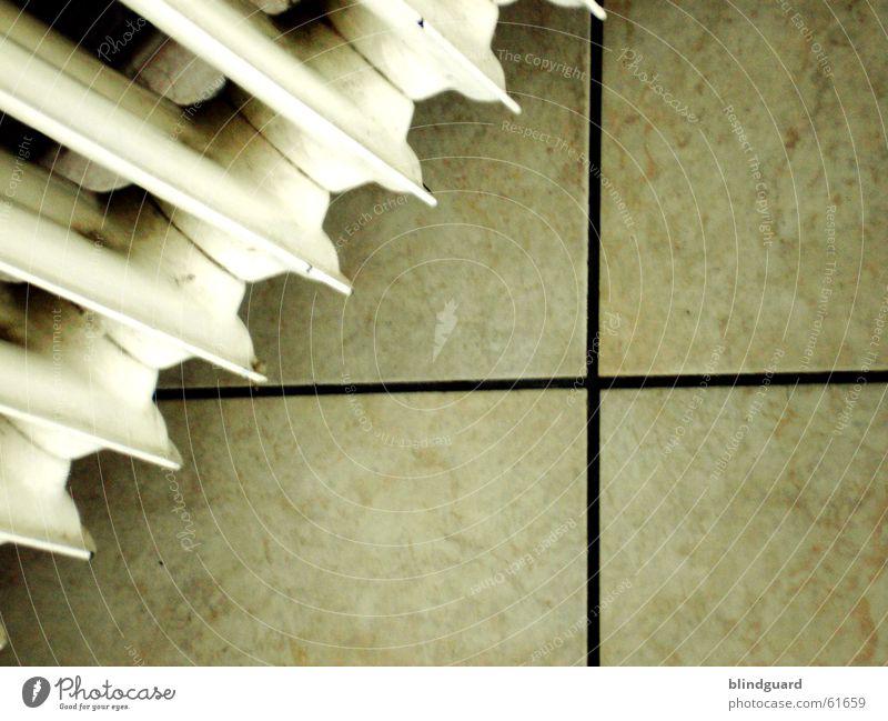 Alles eine Frage des Blickwinkels Heizkörper Wohnung Geometrie diagonal weiß Physik Wohlgefühl kalt Winter Leben Raum Fliesen u. Kacheln Linie verrückt Ecke