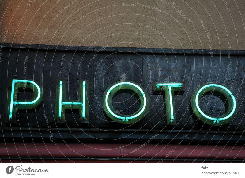 photo Fotografie Leuchtstoffröhre Neonlicht Buchstaben gelb Fotogeschäft Haus Gebäude Wand retro Werbung Leuchtreklame Dinge Putz Beton grau Schriftzeichen