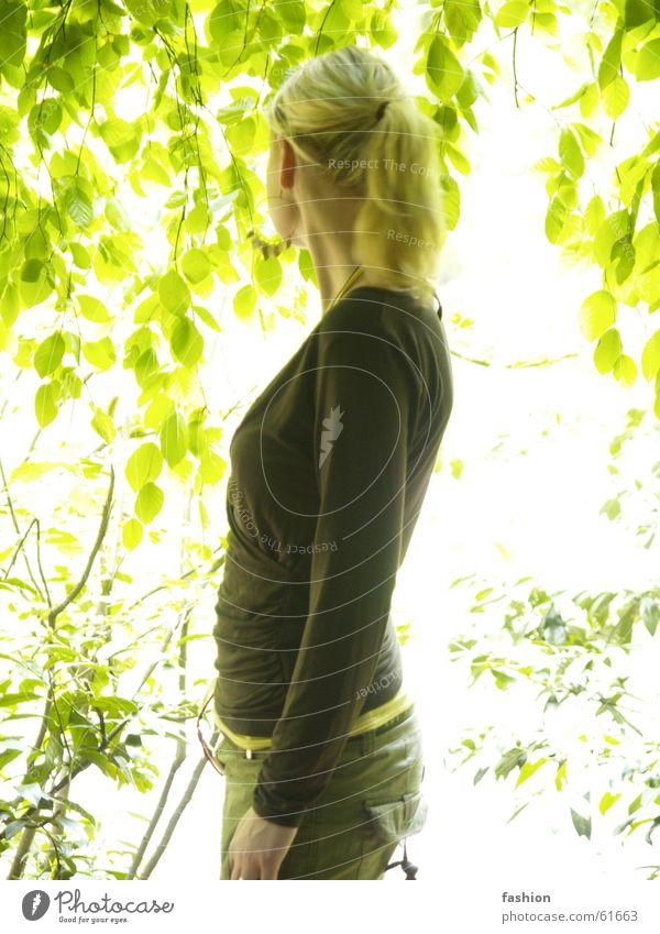 Spiel des Lichts Mensch Frau Pflanze grün Sommer gelb Wärme Haare & Frisuren Garten braun hell blond Physik Wissenschaften