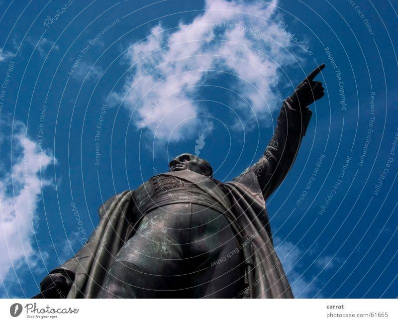 Show me the way... Statue Wolken Mensch zeigen blau Himmel Hinweisschild Wege & Pfade Wegweiser anzeiger da lang er wars von wo kommt der wind?