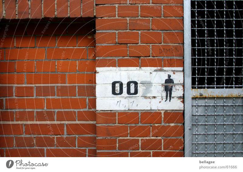 007 Mann weiß rot grau Stein Mauer Metall geschlossen Toilette Dame zentral Gitter gemalt verdeckt Herr
