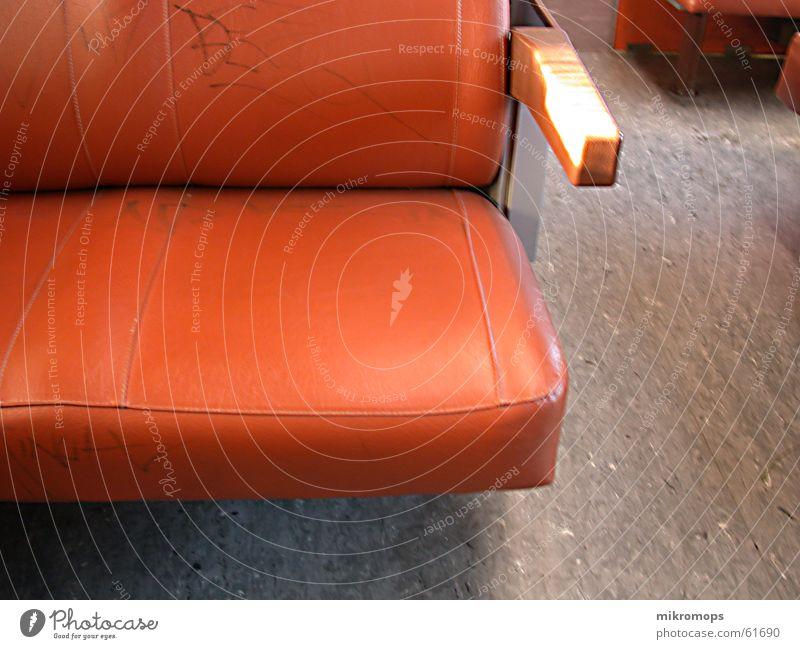 ubahn Einsamkeit orange fahren U-Bahn Sitzgelegenheit Sessel Stuhllehne Öffentlicher Personennahverkehr Linoleum
