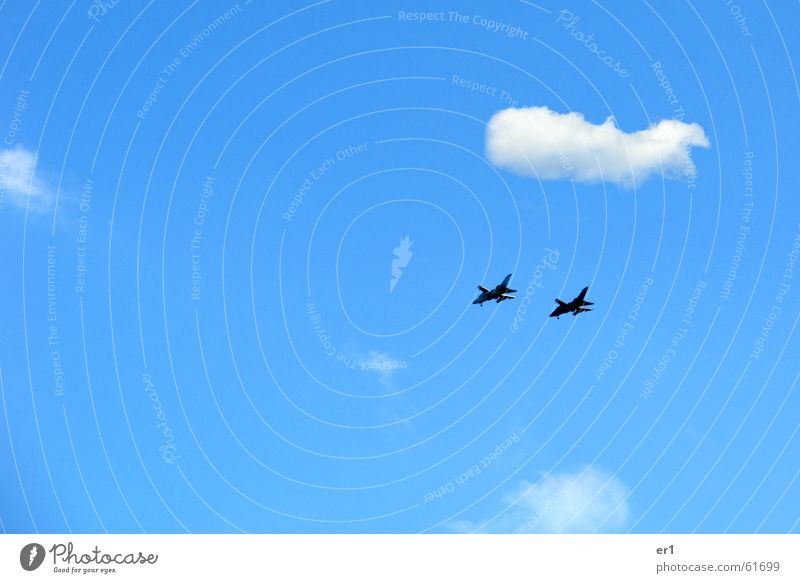Kampfjet Himmel blau Wolken Flugzeug fliegen Geschwindigkeit Trauer Krieg Zerstörung Düsenflugzeug Angriff