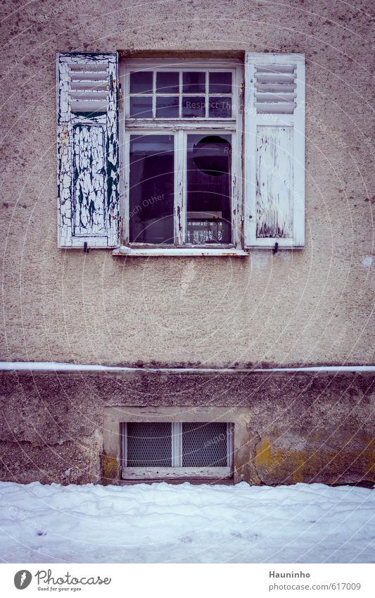 kaputtes Fenster Stadt Haus Winter kalt Wand Traurigkeit Schnee Gebäude Architektur Mauer grau Holz Stein Fassade trist