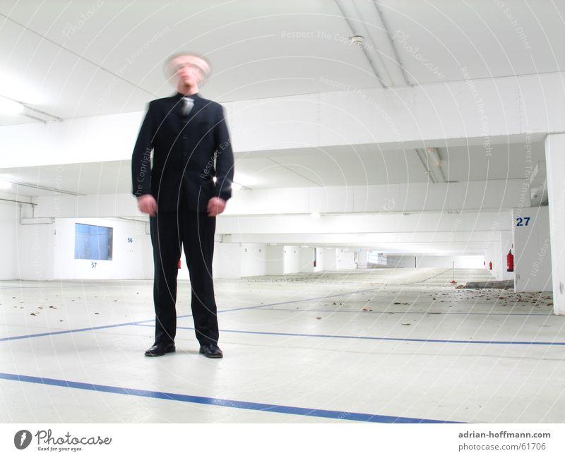 ... wo mir der Kopf steht (2) Mann weiß blau schwarz Einsamkeit Business hell Beleuchtung groß leer stehen Ziffern & Zahlen Anzug Brandschutz