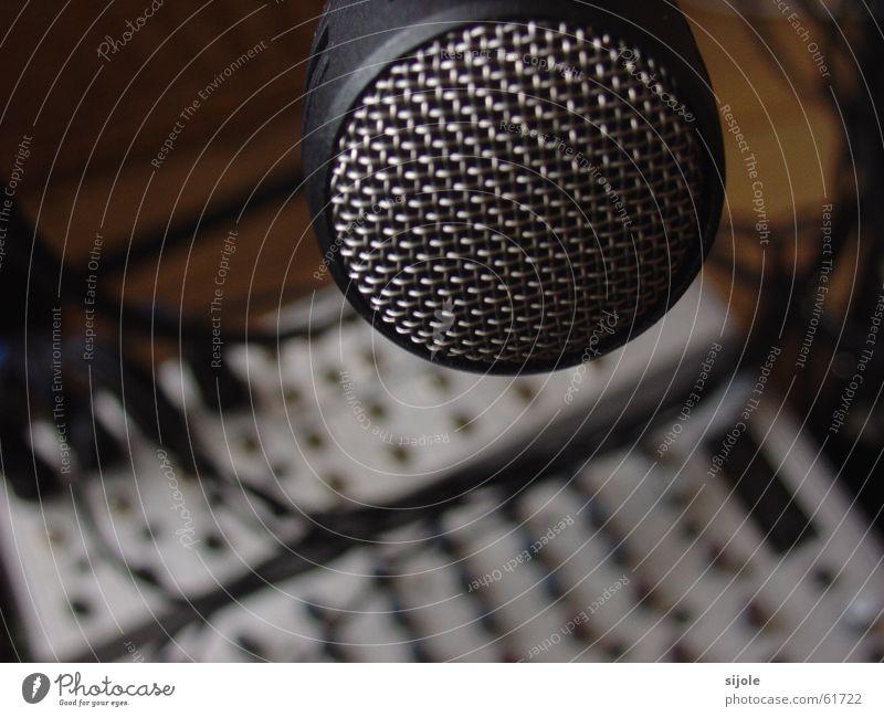Speak in ! Mikrofon plopp Gitter schwarz Werkstatt Tontechnik Musikmischpult fade Knöpfe Metall Schutz Statue Dynamik silber Technik & Technologie Sprache