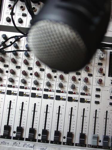 Speak in !  II schwarz Metall Technik & Technologie Schutz Statue Dynamik Werkstatt silber Mikrofon Ton Knöpfe Gitter Sprache Musikmischpult fade Tontechnik
