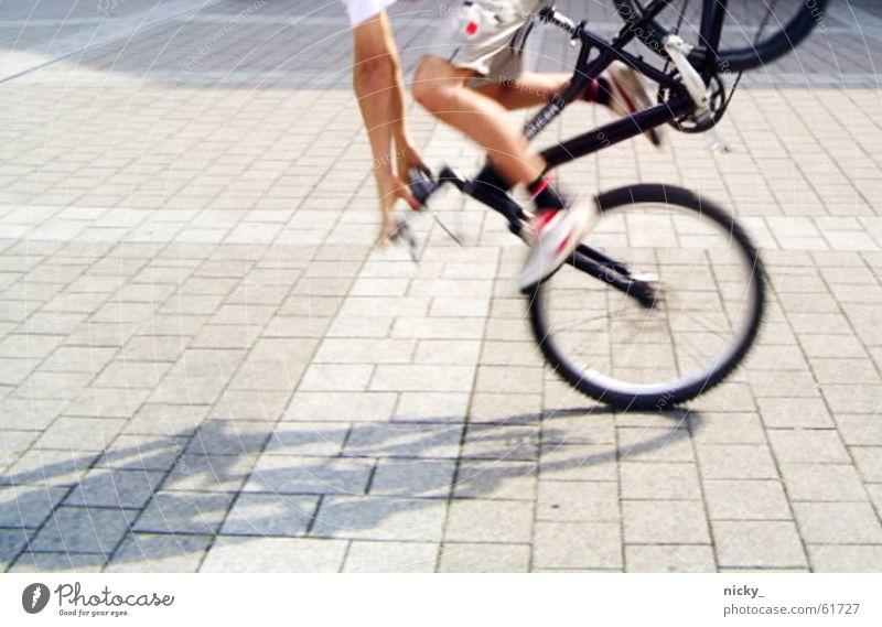 die welt steht still Mensch schwarz Straße Stein Schuhe Beine Fahrrad laufen Aktion fahren stehen stoppen Hose Pflastersteine Bekleidung