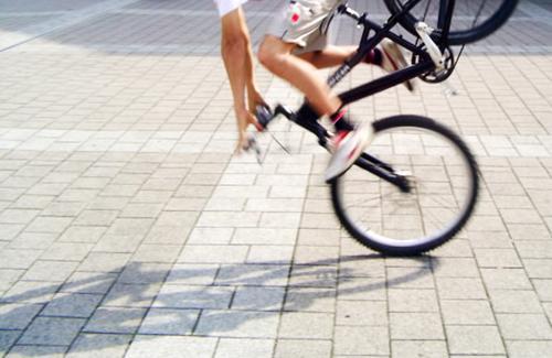 die welt steht still Schuhe Fahrrad stoppen fahren stehen Hose schwarz mehrfarbig Aktion Mensch Beine and go laufen Schatten Straße Stein teil 2 blabla motion