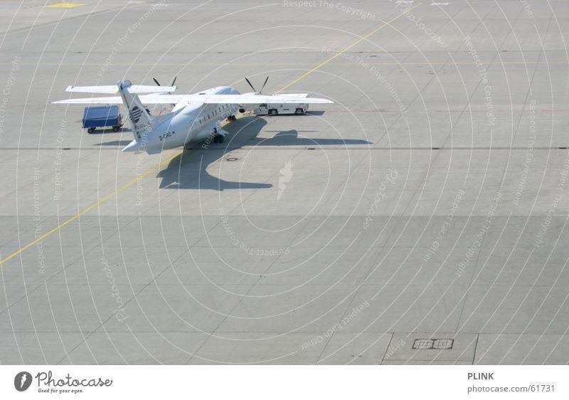 time to leave Ferne Feld Flugzeug Beton fangen Flughafen privat Landebahn Propeller tanken Rollfeld